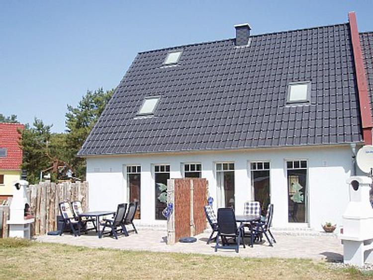 Terrassenseite mit Grillkamin  und Sitzgruppe zum Entspannen