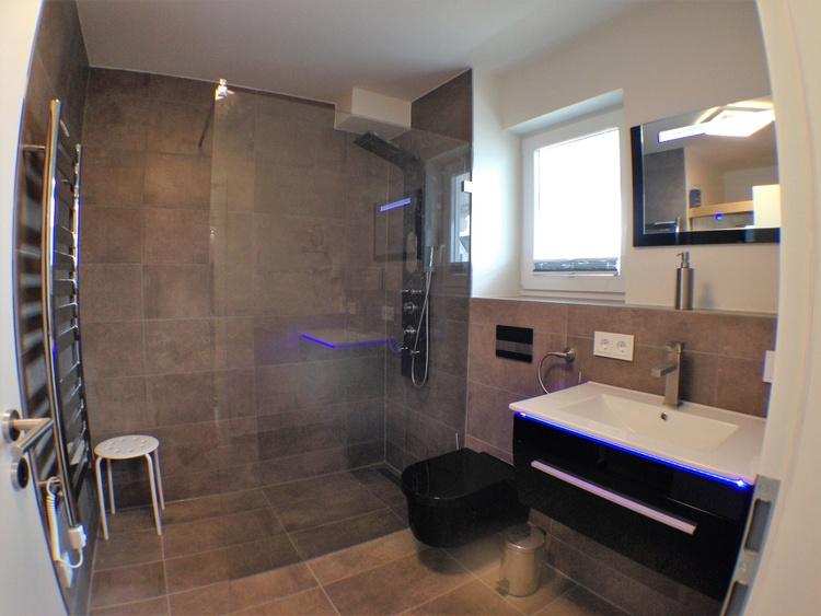 Bodengleiche Walk In Dusche mit Duschpanel und Guardian Shower Guard Glas,