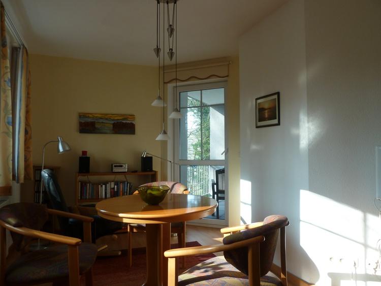 Wohnraum + Ausgang Balkon