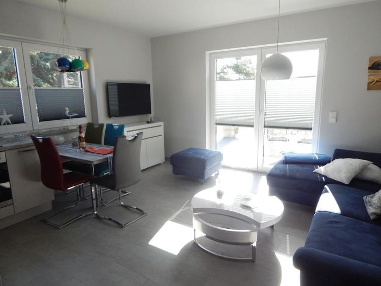 Wohnbereich mit Couch, TV u. Kamin