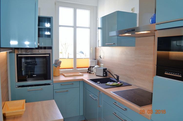 Blick in die Küche mit kleinem Essplatz