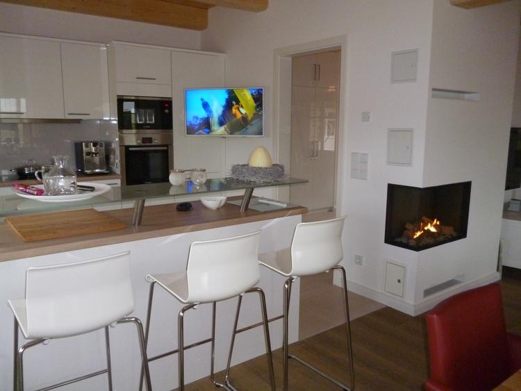 Luxus-Küche mit Bartresen, Kamin, TV