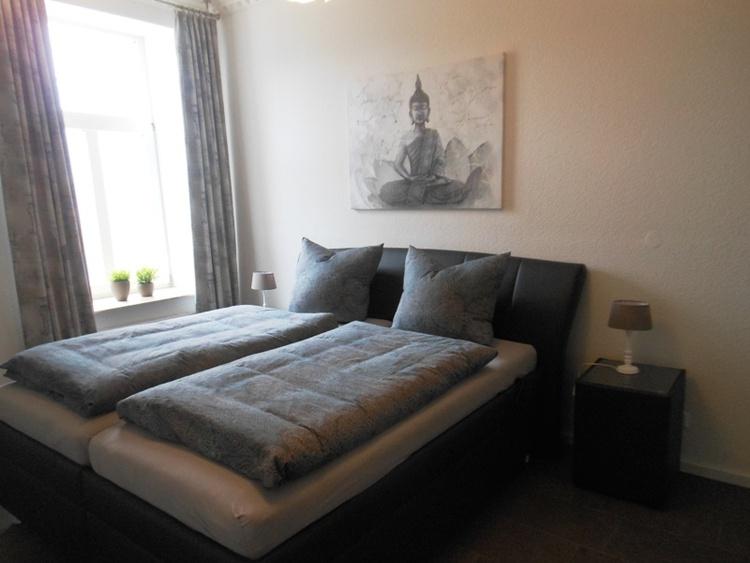 Großes Schlafzimmer mit TV