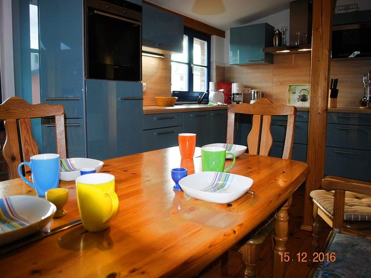 Blick vom Essplatz zur Küchenzeile