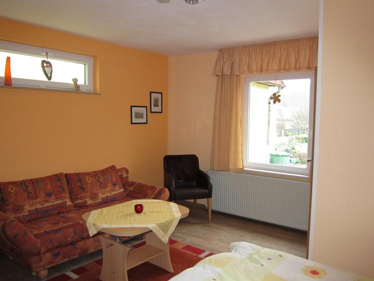 Wohn- und Schlafzimmer mit Blick zur Terrasse/Garten