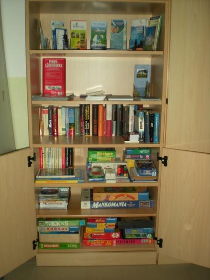 Bücher + Spieleschrank