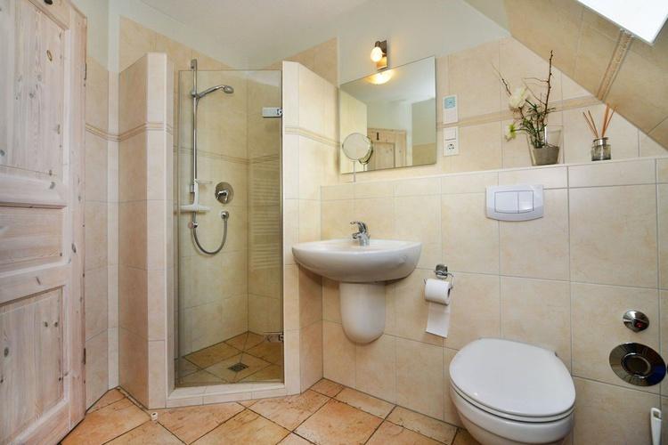 Duschbad mit ebenerdiger Dusche und Fenster