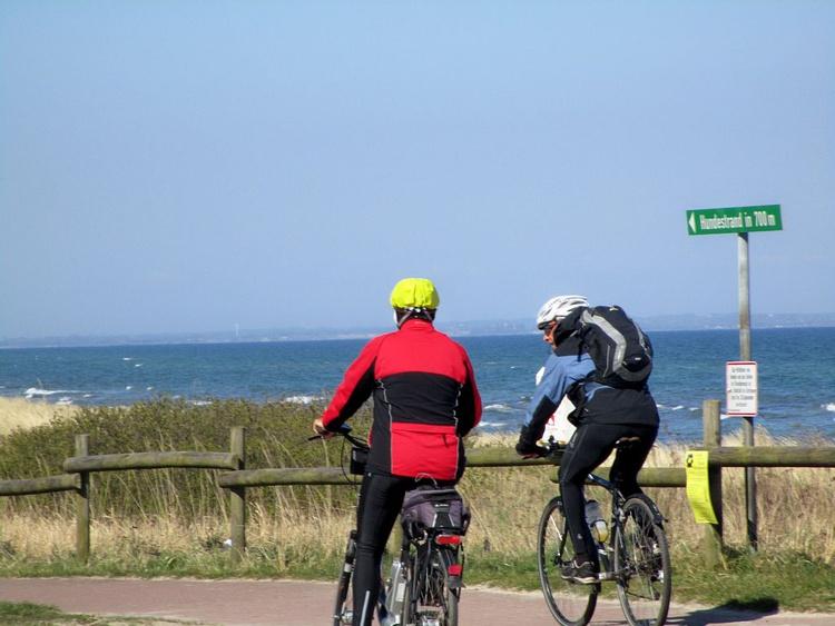 Der Ostseeküsten-Radweg führt direkt am Haus vorbei
