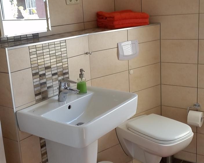 Badezimmer mit Duschwanne und WC